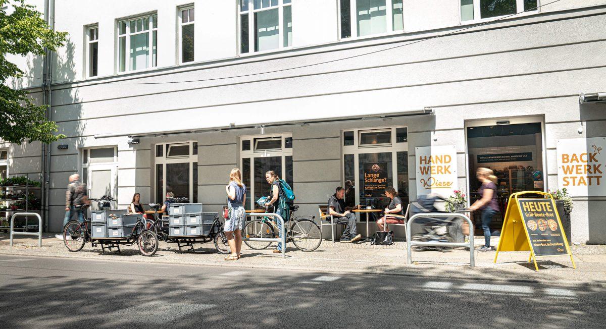 Bäckerei Wiese in Eberswalde von außen mit Lastenrad davor stehend